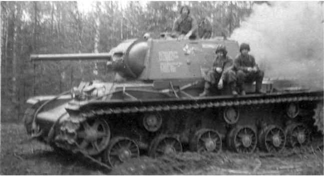 Экипаж танка КВ-1 «Беспощадный» осваивает полученную машину. 6-я гвардейская танковая бригада, май 1942 года (ЦМВС).