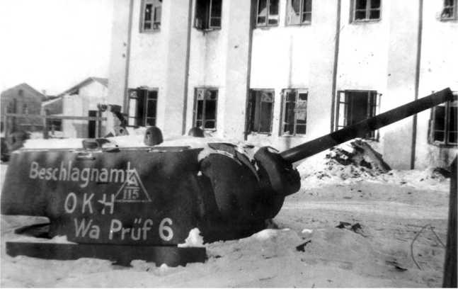 Танк КВ-1, использовавшийся немцами в качестве неподвижной огневой точки. Сталинград, февраль 1943 года (АСКМ).