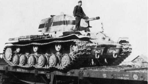 Трофейный танк КВ-1 (ленинградского выпуска с пушкой Ф-32) на немецкой службе. 1942 год. На корпусе и башне нанесены кресты больших размеров во избежание «дружественного огня» (ЯМ).