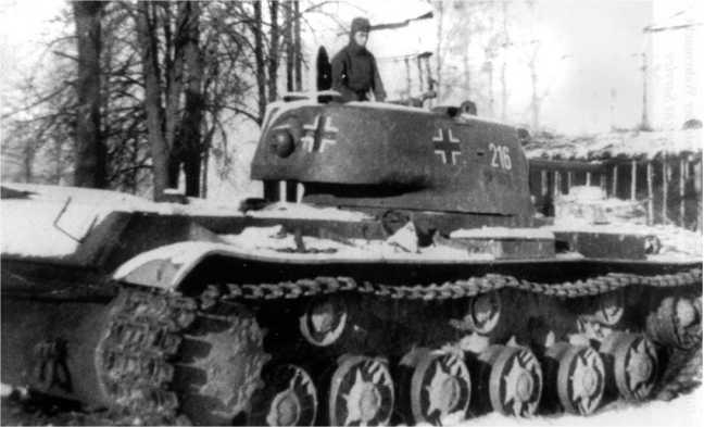 Трофейный танк КВ-1 (челябинского выпуска с литой башней) одной из частей вермахта. Зима 1942 года.