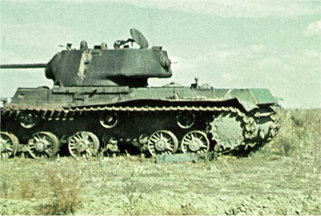 Танки КВ-1, подбитые в ходе боев летом 1942 года. На башне машины на нижнем фото видна вертикальная белая полоса (ЯМ).