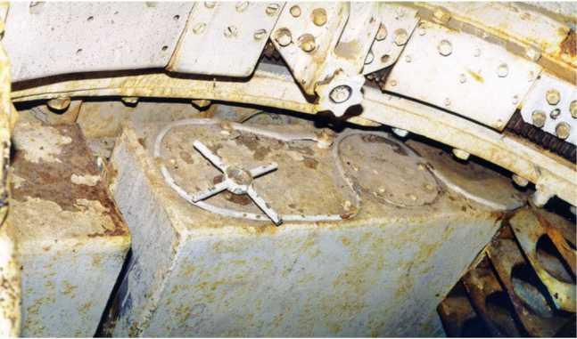 Внутренние виды танка КВ-1 выпуска июня 1941 года (заводской №4785) из экспозиции музея бронетанковой техники в Пароле, вверху — вид на кормовую часть башни; внизу — вид на топливные баки в боевом отделении машины (АСКМ).