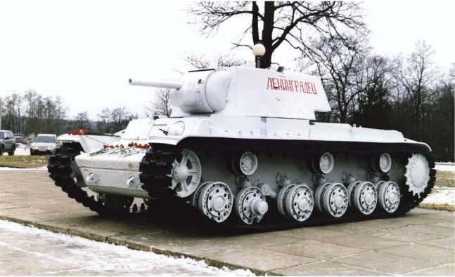 Танк КВ-1 выпуска сентября 1941 года (заводской №5207), поднятый со дна Невы и установленный у Музея прорыва блокады Ленинграда (г. Кировск, Ленинградская область). Машина с упрощенной башней завода №371 имени Сталина из 100-мм брони.