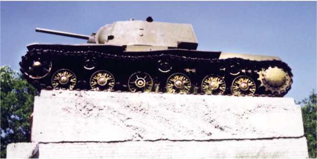 Танк КВ-1, собранный в блокадном Ленинграде на заводе №371 в 1943 году (заводской номер С-054), установленный в качестве памятника в поселке Ропша Ленинградской области