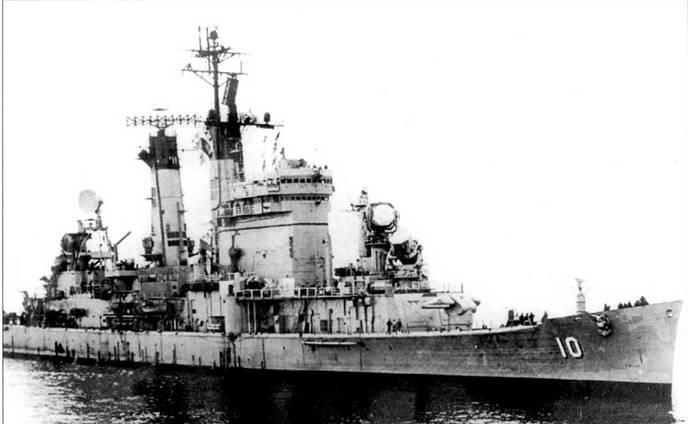 Интенсивно модернизированный крейсер «Олбани» — в 1974г. на нем установили океан антенн для разнообразных радиотехнических систем.