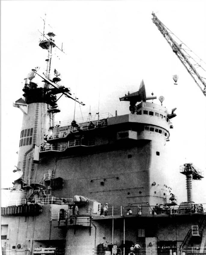 РЛС определения высоты воздушных целей SPS-30 крейсера «Олбани» установлена на крыше мостика. Рядом с надстройкой смонтирован ЗРК «Тартар», за ним, дальше в корму, установлены две РЛС наведения ракет и подсветки целей SPG-51 комплекса «Тартар». На уровне верхней палубы виден трехтрубный <a href='https://arsenal-info.ru/b/book/3977928548/11' target='_self'>торпедный аппарат</a> ПЛУРО SUBROC.