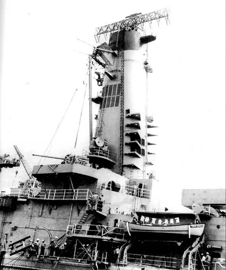 Па «Олбани» и его систер-шипах стояли восьмитрубные реактивные противолодочные бомбометы RUR-5 ASROC. По настоянию президента Кеннеди на крейсерах сохранили видимость артиллерийского вооружения — по две 127-мм пушки (по одной с каждого борта). Над орудием видна антенна РЛС орудийной наводки Мк 56. На дымовой трубе сделана решетка для подсоса атмосферного воздуха с целью снижения температуры выхлопных газов. На дымовой трубе смонтирована антенна РЛС обнаружения воздушных целей SPS-43.