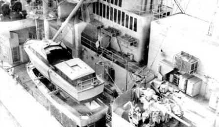 Автоматическая 76,2-мм зенитная пушка крейсера «Канберра», такие орудия пришли на смену 40-мм Бофорсам времен Второй мировой войны. В кадре также два разъездных катера Мк 2 (командирский и «общего назначения»). Крупный план решеток дымовой трубы тоже присутствует.