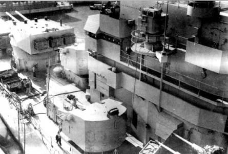 На «Канберре» и «Бостоне» сохранились носовые башни главного калибра и установленные в средней части корпуса двухорудийные башни с 127-мм пушками. Над 127-мм башней виден один из шести директоров Мк 63, который в комплексе с радиолокатором Мк 34 обеспечивал точную наводку универсальной артиллерии при стрельбе по воздушным целям. Снимок крейсера «Канберра» сделан в 1956г. на Нью-йоркском судостроительном заводе в Кэмдене. Для компенсации возросшей массы надпалубных конструкций в корпус корабля пришлось уложить балласт массой 27т.