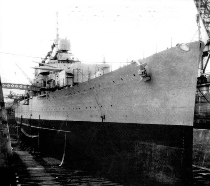 Тяжелый крейсер «Уичита» покидает ковш военно-морской верфи в Филадельфии, II августа 1939г. Кпереди у корабля учебный поход в Карибское море. Менее чем через месяц корабль вошел в состав 7-й дивизии крейсеров. Вскоре началась Вторая мировая война.