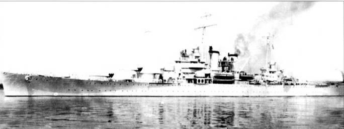 Крейсер «Уичита» (СА-45) в сухом доке военно-морской верфи в Филадельфии. Снимок сделан 16 марта 1939г. Закладка крейсера состоялась па этой же верфи 16 ноября 1937г. Крейсер покрашен но схеме Measure 3, в светло-серый цвет. Широкая черная полоса отделяет выкрашенные выше ватерлинии в светло-серый цвет борта, от окрашенной суриком подводной части. Грунтовка суриком замедляла обрастание подводной части корпуса.