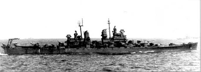 Крейсер «Балтимор» в Тихом океане, 14 апреля 1944г. На заднем плане — тяжелые крейсера типа «Новый Орлеан». «Балтимор» окрашен по схеме Measure 21, полностью в цвет NAVY Blue. На катапультах крейсера стоят два гидросамолета Воут OS2U «Кингфишер».