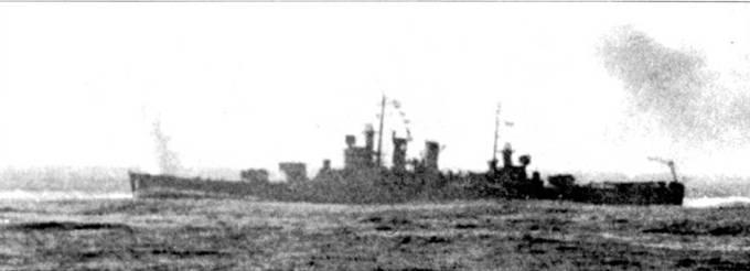 «Уичита» ведет огонь главным калибром по французскому линкору «Жан Кир», район Касабланки, операция «Торч», 8 ноября 1942г. Под сосредоточенным огнем линкора «Массачусетс» и тяжелого крейсера «Уичита» французский корабль очень быстро прекратил ответную стрельбу, но прежде успел влепить один снаряд в левый борт американского крейсера. Взрывом снаряди было легко ранено 14 моряков.