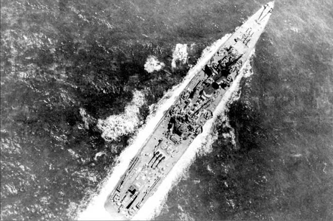 Вид с воздуха на крейсер «Уичита», авиационный ангар крейсера открыт. Снимок сделан в инваре 1943г. В ангаре помещаюсь четыре гидроплана Кертис SOC «Сигал» со сложенными крыльями. На корме установлено дополнительно два 20-мм Эрликона.