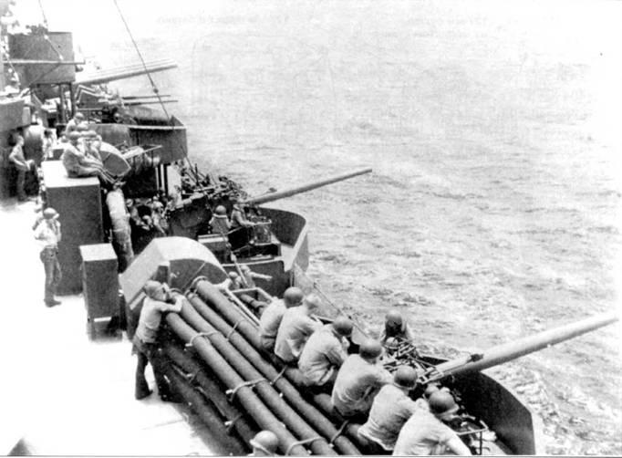 8-дюймовые орудия левого борти крейсери «Уичита» развернуты в сторону Гуама, май 1944г. На заднем плане виден спаренный 40- мм зенитный автомат Бофорс, а также кормовая трехорудийная башня главного калибра. Скоро эта артиллерия основательно пустит кровь японцам пи Гуаме. «Уичита» и «Новый Орлеан» (СА-32) потопили у острова Самир японский авианосец «Чийода». Крейсер «Уичита», сам по себе, пустил на дно еще и японский эсминец «Хатцузуки».