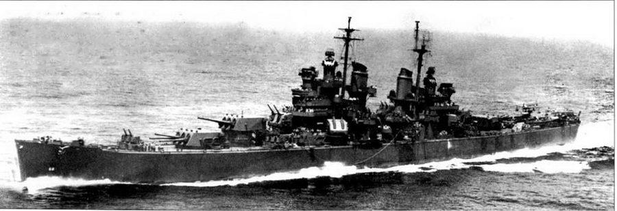 Крейсер «Балтимор» полным ходом режет воды Тихого океана, 1943г. Обратите внимание — орудия носовой башни главного калибра установлены ни разные углы возвышения. Стрела крана опущена на квартдек. Стволы 5-дюймовых орудий носовых башен задраны на максимальный угол возвышения — 85 градусов. Дальность стрельбы 5-дюймовок по воздушным целям составляла 11км, по наземным и надводным целям — 16,6 к.м. Шип окрашен по схеме Measure 21, полностью в цвет NAVY Blue. Небольшой номер «68» написан белой краской в носовой части корпуса крейсера «Балтимор».