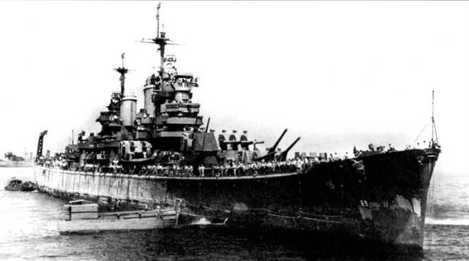 «Бостон» заводят в сухой док средние десантные корабли LCM, выполняющие функции буксиров, ноябрь 1944г. За кормой крейсера год войны на Тихом океане. Окраска цвета NAVY Blue за этот период основательно пообтрепалась. «Бостон» только что вернулся из рейда к острову Лусон.