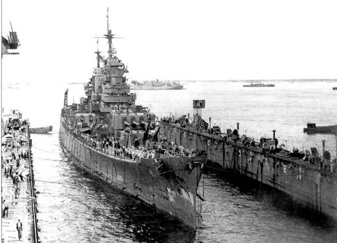 «Бостон входит в сухой док. Крейсер остро нуждается в покраске и профилактическом ремонте, 1944г. Совсем недавно крейсер сопровождал авианосцы соединения TF-5H, что самолеты наносили удары непосредственно по Японии. Установленный на дальномере системы управления огнем Мк 34 радиолокатор лишен чехла. Некоторые РЛС данного типа имели чехол, некоторые — обходились без оного.