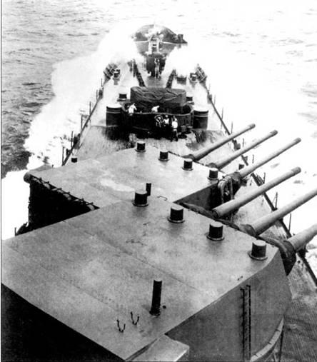Мощный бурун накатывает на палубу носовой части крейсера «Бостон». Носовой счетверенный Бофорс поэтому закрыт брезентом. Обе носовые башни главного калибра повернуты на правый борт примерно па 45 градусов. Стволы пушек закрыты заглушками, чтобы в их каналы не попала вода и посторонние объекты. В передней части крыш башен установлены экстракторы пороховых газов. В нравом заднем углу крыши башни главного калибра возвышается перископ.