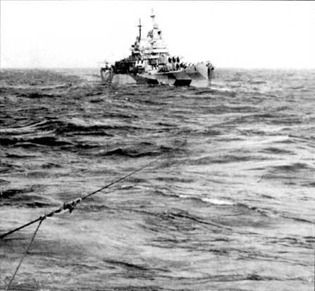 «Канберра» на буксире крейсера «Уичита», снимок сделан у берегов Формозы. Снимок сделан 15 октября 1944г. после попадания в «Канберру» торпеды, сброшенной японским самолетом. Торпеда поразила борт крейсера ниже броневого пояса и вывела из строя машинные отделения. Корабль лишился хода. Крейсер отбуксировали в Манус для временного, перед переходом в США, ремонта.