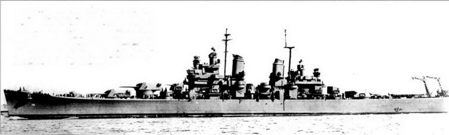 Снимок полузагруженного крейсера «Канберра» сделан вскоре после вступления корабля в строй, в октябре 1943г. Корабль окрашен по схеме Measure 21, полностью в цвет NAVY Blue. На мачте установлена стандартная антенна РЛС SK, но на снимке её нет — заретуширована по указанию цензуры. «Канберра», равно как три её систер-шипа «Балтимор» (СА- 68), «Бостон» (СА-69) и «Куинси» (СА-71), были оснащена двумя авиационными кранами. Крейсера последующей постройки имели только по одному такому крану.