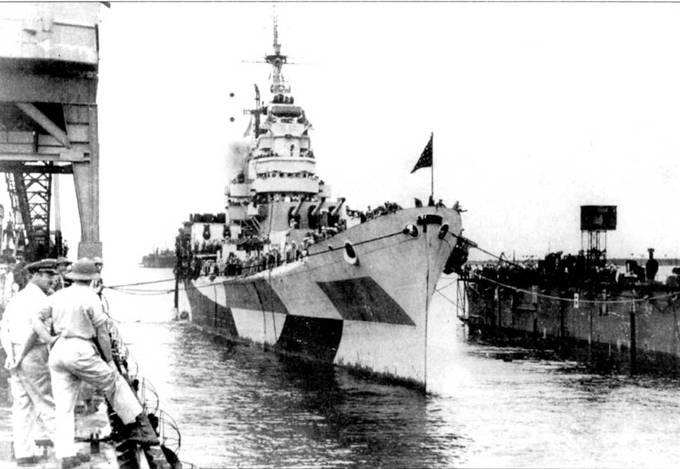 «Канберра» заходит в сухой док, Улити, Микронезия, декабрь 1944г., для ремонта повреждений, причиненных взрывом японской торпеды. Повреждения оказались слишком серьезными, чтобы устранять их на временной базе. Корабль пришлось переводить в США. На мачте видны антенны РЛС SK и SG.
