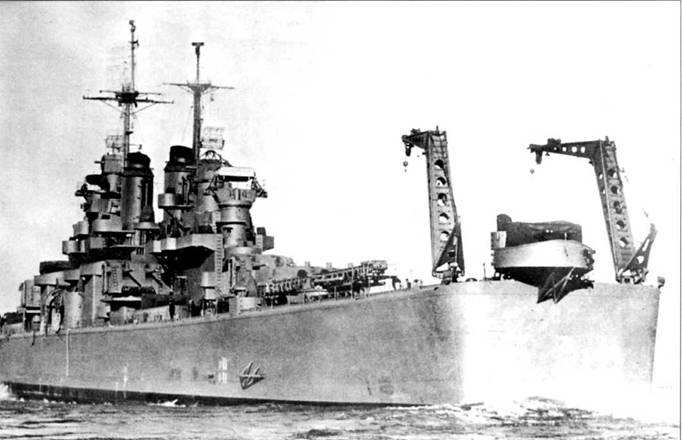 «Куинси» (СА-71) покидает Бостон в день ввода корабля в строй — 15 декабря 1943г. Корабль окрестили в память о <a href='https://arsenal-info.ru/b/book/2414474991/4' target='_self'>крейсере</a> «Куинси» (СА-39), который был потоплен японцами в сражении при острове С'аво в 1942г. Новый «Куинси» окрашен по схеме Neasure 21, в цвет NAVY Blue. Между двумя кранами хорошо видно «гнездо» с кормовым счетверенным Бофорсом. Зенитная установка закрыта брезентом от непогоды. Учебный поход корабль выполнил в залив Пария, что между Тринидадом и Венесуэлой, после чего присоединился к Атлантическому флоту ВМС США.