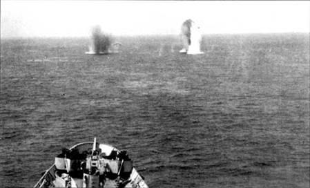 Снаряды германской береговой батареи подняли столбы воды прямо по курсу крейсера «Куинси», который сам обстреливает Шербур, июнь 1944г. Этот стратегический порт обстреливали корабли ВМС США и Великобритании, чтобы оказать помощь сухопутным войскам союзников, застрявшим на полуострове Котантен. Германский гарнизон Шербура сложил оружие перед американскими войсками 29 июня 1944г.