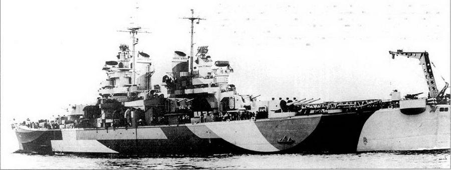 «Питтсбург» (СА-72) в окраске Measure 32/Hid. Снимок сделан 9 октябри 1944г. за сутки до официального входа корабля к боевой состав ВМС США. Камуфляж Measure 32/IStl предназначался для введения и заблуждение относительно размеров корабля, его скорости и курса наблюдателей с кораблей противника и берега. На «Питтсбурге» установлен только один кран, все ранее построенные «Балтиморы» имели по два крина, все построенные позднее — также один крин. Установка крина по центру юта привела к изменению кормового зенитного вооружения — вместо одной счетверенной установки Бофорсов поставили две спаренных.