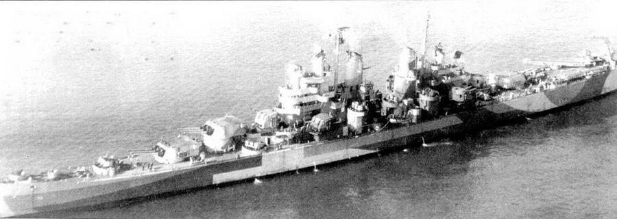 «Питтсбург» на якоре, Карибское море, 1 ноября 1944г. Правая катапульта развернута в сторону моря, на ней — гидросамолет Воут OS2U «Кингфишер». На Тихом океане крейсер вошел в состав соединения ТС- 58.2, ядром которого являлся авианосец «Лексингтон». Па мачтах крейсера «Питтсбург» установлены антенны РЛС SK-2 и SG.