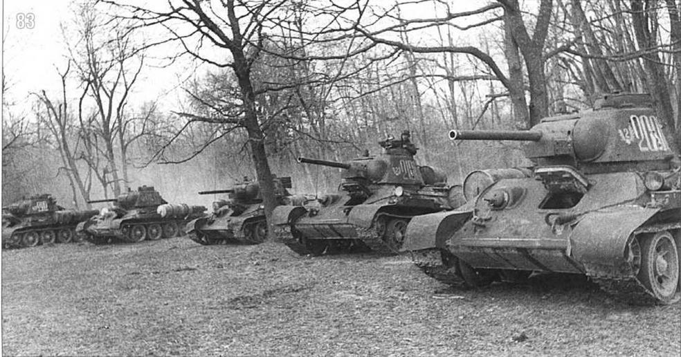 Танки T-34/76 перед атакой. Неизвестная танковая часть. 2-й Украинский фронт, 1944 г.