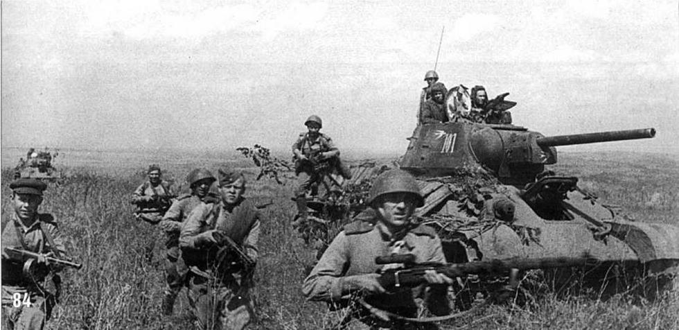 Танк Т-34/76 15-й Гвардейской Мехбригады 4-го Гвардейского Мехкорпуса («ласточка» на башне). 3-й Украинский фронт, Румыния. Сентябрь, 1944 г.