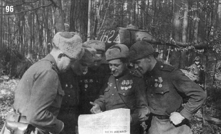 Танкисты читают газету «Красная Звезда». На заднем плане танк Т-34/85 № 182 58-го танкового полка 16-й механизированного полка 7-го механизированного корпуса. 1-й Белорусский фронт. Март 1945 г.