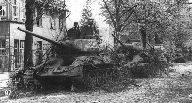 Танки Т-34/85 1-го механизированного корпуса в Берлине на Кайзер Вильгельмштрассе. 1-й Белорусский фронт. 25 апреля 1945 г.