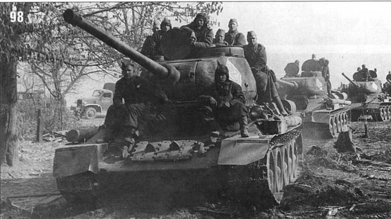 Танки Т-34/85 в районе Берлина. 1-й Белорусский фронт. 27 апреля 1945 г.