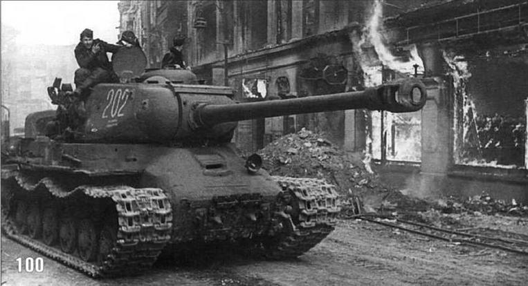 Танк ИС-2 в Берлине. 1-й Белорусский фронт. 7 мая 1945 г.