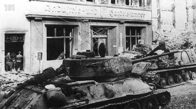 Танки и САУ 2-го гвардейского танкового корпуса в ходе боев за город Данциг. На башнях и рубках бронекорпуса виден знак соединения, под которым наносился код бригады или полка. Март 1945 г.