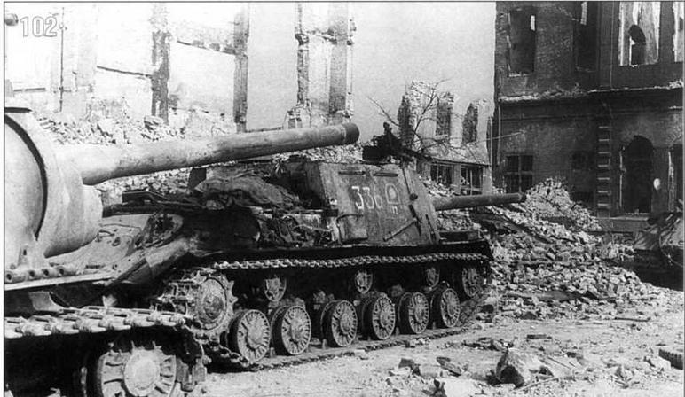 ИСУ-122 2-го гвардейского танкового корпуса в ходе боев за город Данциг. Кроме знака корпуса и кода соединения на технике наносились трехзначные тактические номера. Март 1945 г.