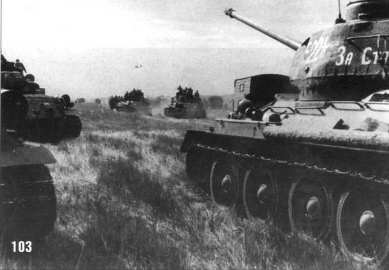 Колонна советских танков движется вглубь Маньчжурии. На переднем плане танк Т-34/85 с надписью «За Сталина». Август 1945 г.