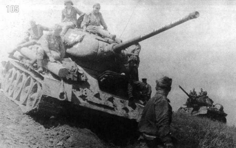 Танки Т-34/85 6-й гвардейской танковой армии преодолевают Большой Хинган. На стволе надпись: «Усилим удары по врагу». Забайкальский фронт. Август 1945 г.