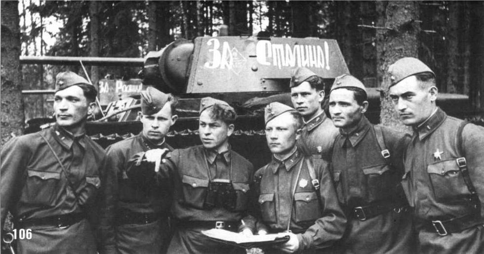 Капитан Труханов ставит боевую задачу командирам танковых экипажей. 116-я танковая бригада. Западный фронт. Май 1942 г.