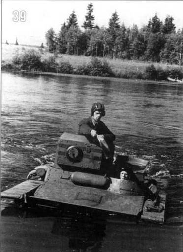 Танк Т-37 из состава 1-й роты 1-го батальона преодолевает водную преграду. Московский военный округ, 1935 г.