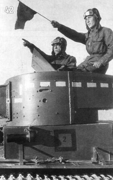 Тактические учения. Командир танка Л.Степанов и башенный стрелок З.Мухамеджанов на башне танка Т-26. Машина №2 2-го взвода 2-й роты 1-го батальона. Московский военный округ, 1938 г.