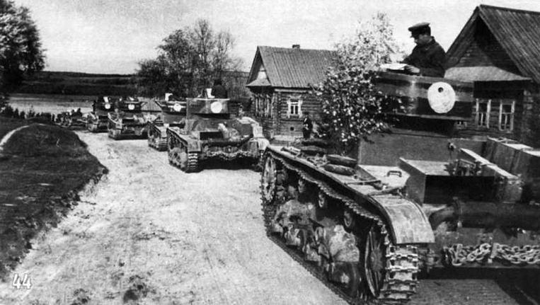 Тактические учения Московского округа. Танки Т-26 имеют как регламентированные (красная полоса на башне), так и не регламентированные (широкая черная полоса по периметру и белый круг на корме башни) тактические обозначения. Сентябрь 1936 г.