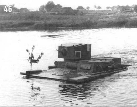 Танк Т-37 (машина №4 1-го взвода) при форсировании водной преграды. На крыше и бортах башни нанесен белый крест — знак воздушного опознавания. 1937 г.
