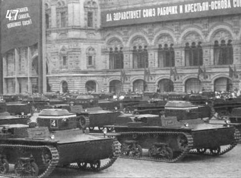 Танки Т-38 на Первомайском параде на Красной Площади в Москве. На переднем плане боевые машины 4-го взвода 1 -й роты 2-го батальона. 1937 г.