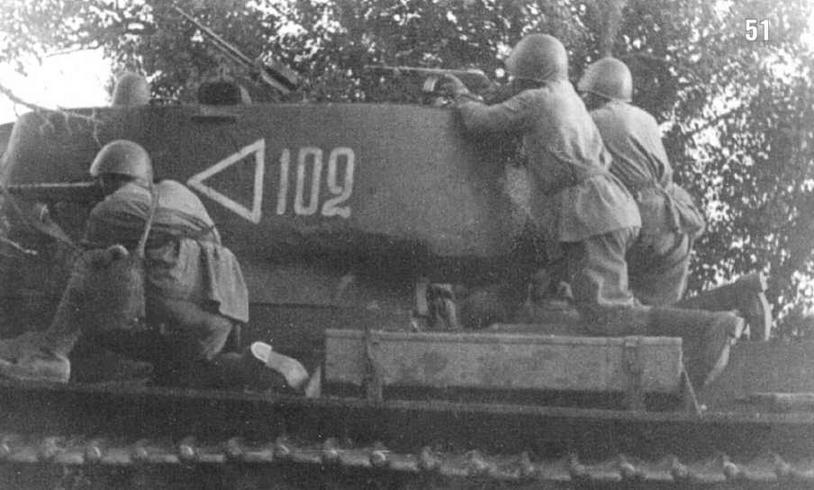 Танк KB с десантом. Северо-Кавказский фронт, район станции Цимлянская. Лето 1942 г.