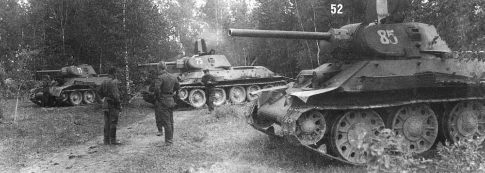Танки T-34/76 выпуска различных заводов-производителей. Кроме тактических номеров на люках машин нанесена белая полоса — знак воздушного опознавания. Западный фронт. 1942 г.