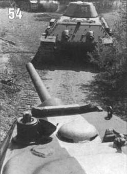 Танки T-34/76 на марше. Хорошо видны знаки воздушного опознавания. Западный фронт. 1942 г.