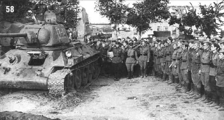 Похороны 16 танкистов 17-й Гвардейской танковой бригады и 34-го Гвардейского танкового полка прорыва, героически погибших за город Орел. Т-34/76 принадлежит 17-й Гвардейской танковой бригаде, на танке стоит командир бригады полковник Б.В.Шульгин. 9 августа 1943 г.